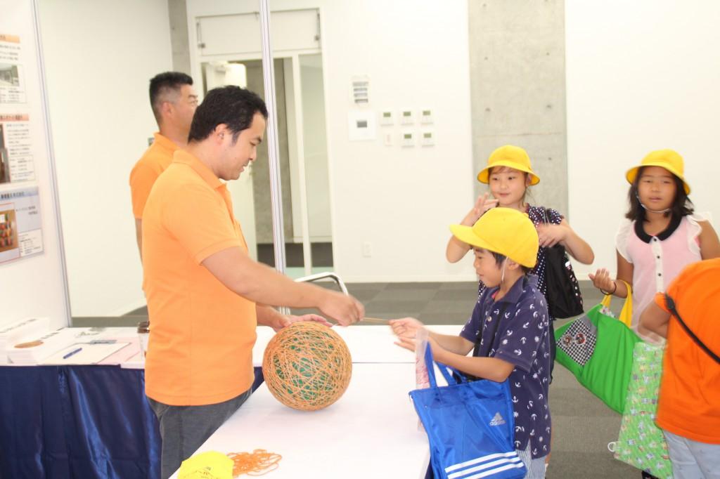 巨大ゴムボール作りに挑戦する子供たち