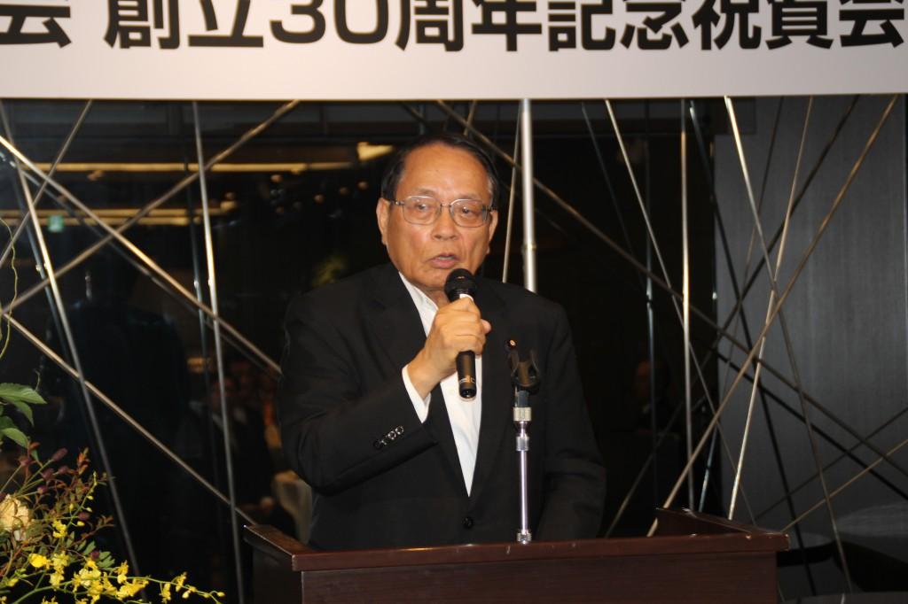 来賓のあいさつを述べる平沢衆議院議員