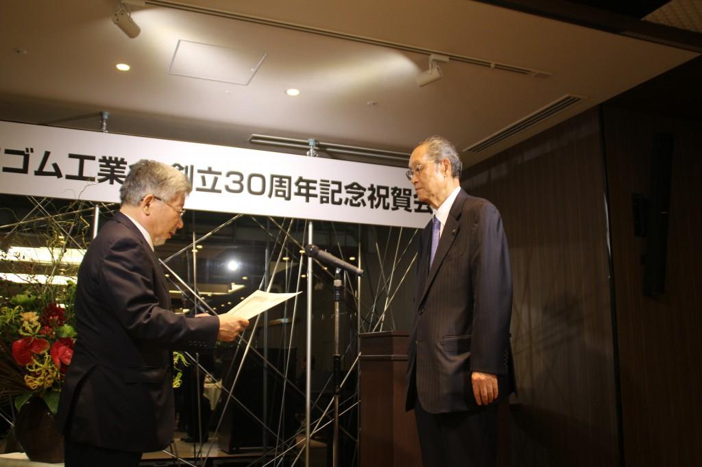 藤井会長から菅谷前会長へ感謝状贈呈