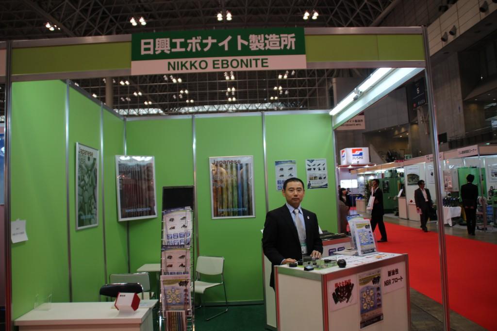 IPFに出展した日興エボナイトの遠藤社長