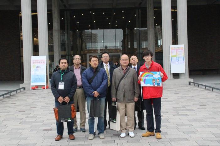 東京理科大学の葛飾地区理大祭を見学し、参加者で集合写真