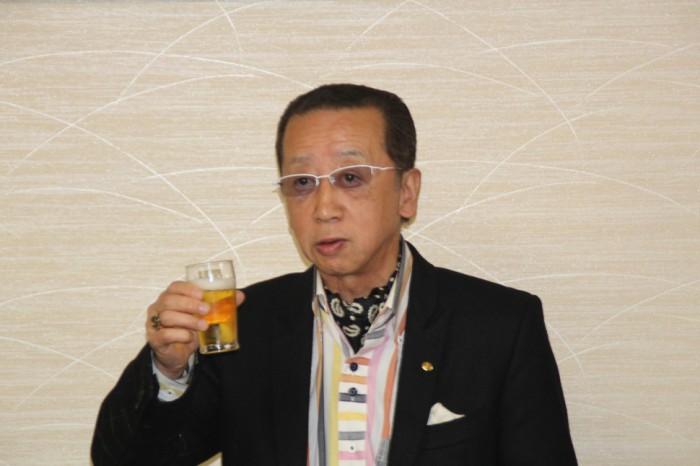 乾杯の発声をする岡田監事